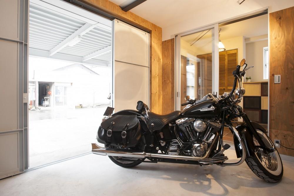 バイクガレージのある家 「WEST BASE」 (エントランス横のバイクガレージ)