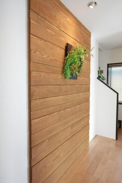 廊下に表情を付ける杉の荒材 (心からくつろげる、大人のカフェ風住宅 「Pino-836」)