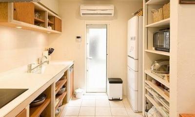 キッチン収納|大きな階段でつなぐ広々としたLDK