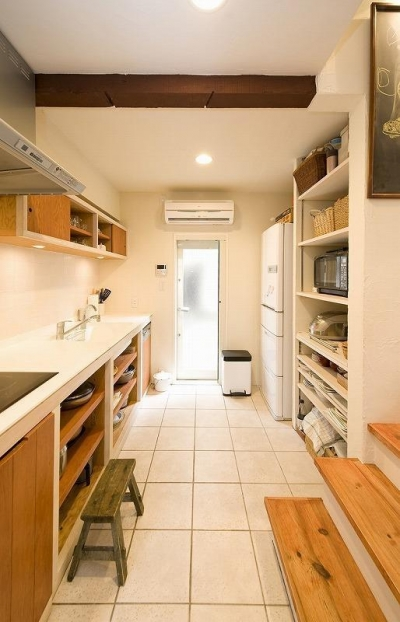 キッチン収納 (大きな階段でつなぐ広々としたLDK)