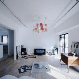アーバンライフを楽しむマンションリノベーション (シンプルでモダンな雰囲気に溢れた空間)