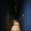アーバンライフを楽しむマンションリノベーションの写真 ダークトーンで統一した廊下