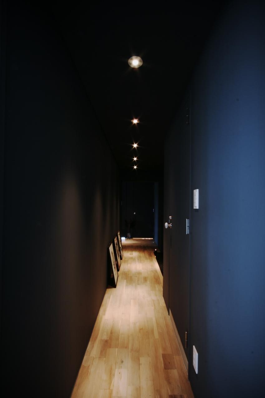 アーバンライフを楽しむマンションリノベーション (ダークトーンで統一した廊下)