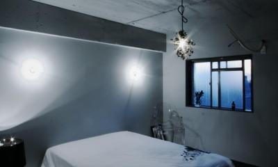 アーバンライフを楽しむマンションリノベーション (宙に浮かぶような芸術的な寝室)