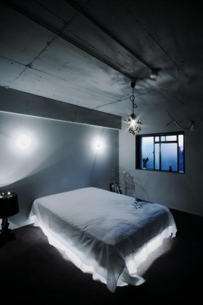 宙に浮かぶような芸術的な寝室 (アーバンライフを楽しむマンションリノベーション)