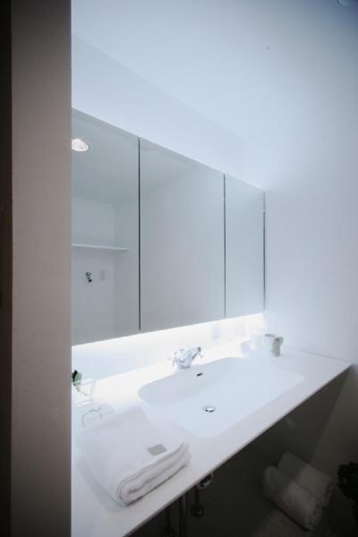 シンプルな洗面室 (アーバンライフを楽しむマンションリノベーション)