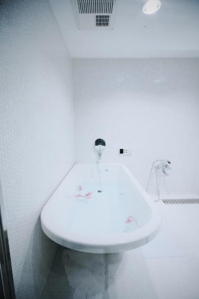 白で統一された清潔感あふれるバスルーム (アーバンライフを楽しむマンションリノベーション)