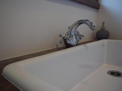 アンティークテイストの蛇口のある洗面台 (Y様邸 町田)