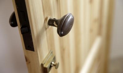 住まう人のこだわりを映す家「ON FACT」 (あえて「古さ」をプラスした趣のあるドア)