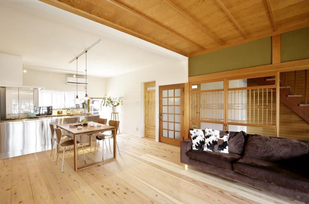 住まう人のこだわりを映す家「ON FACT」 (自然素材の塗料で壁と天井を仕上げたダイニングキッチン)