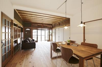 既存のふすまや欄間、天井などをそのまま活かしたリビング (住まう人のこだわりを映す家「ON FACT」)