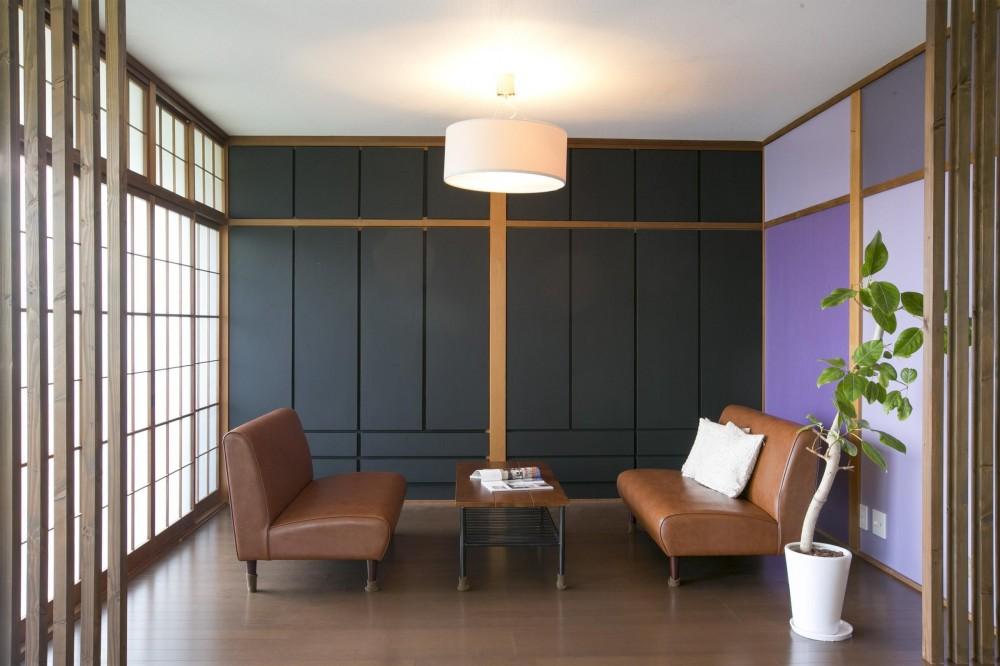 紫の差し色が印象的なリビング (家族のための展望台「Observatory」)