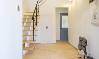 青が冴えるナチュラルテイスト空間「Blue door」 (明るく開放感を重視した玄関)