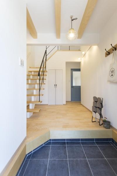 明るく開放感を重視した玄関 (青が冴えるナチュラルテイスト空間「Blue door」)