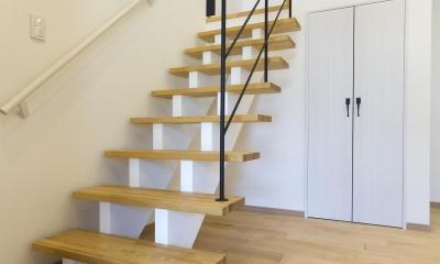 青が冴えるナチュラルテイスト空間「Blue door」 (素材の色合いや照明にも配慮した明るい階段ホール)