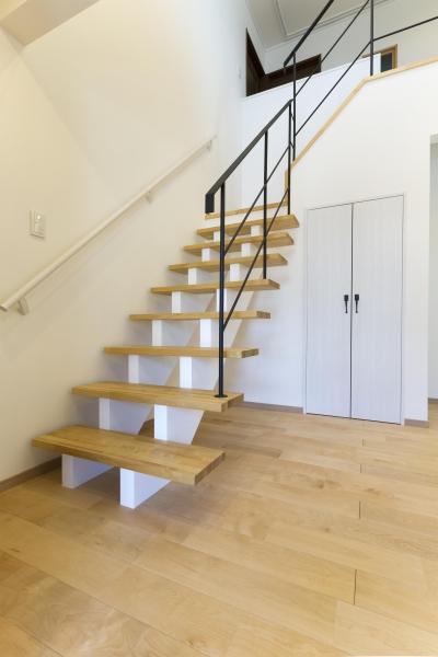 素材の色合いや照明にも配慮した明るい階段ホール (青が冴えるナチュラルテイスト空間「Blue door」)