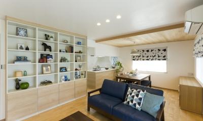壁は一面収納棚に|青が冴えるナチュラルテイスト空間「Blue door」