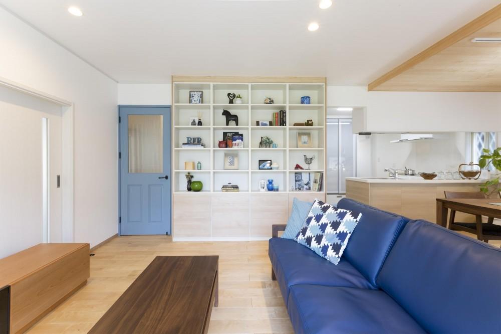 青が冴えるナチュラルテイスト空間「Blue door」 (青いドアが印象的なリビング)