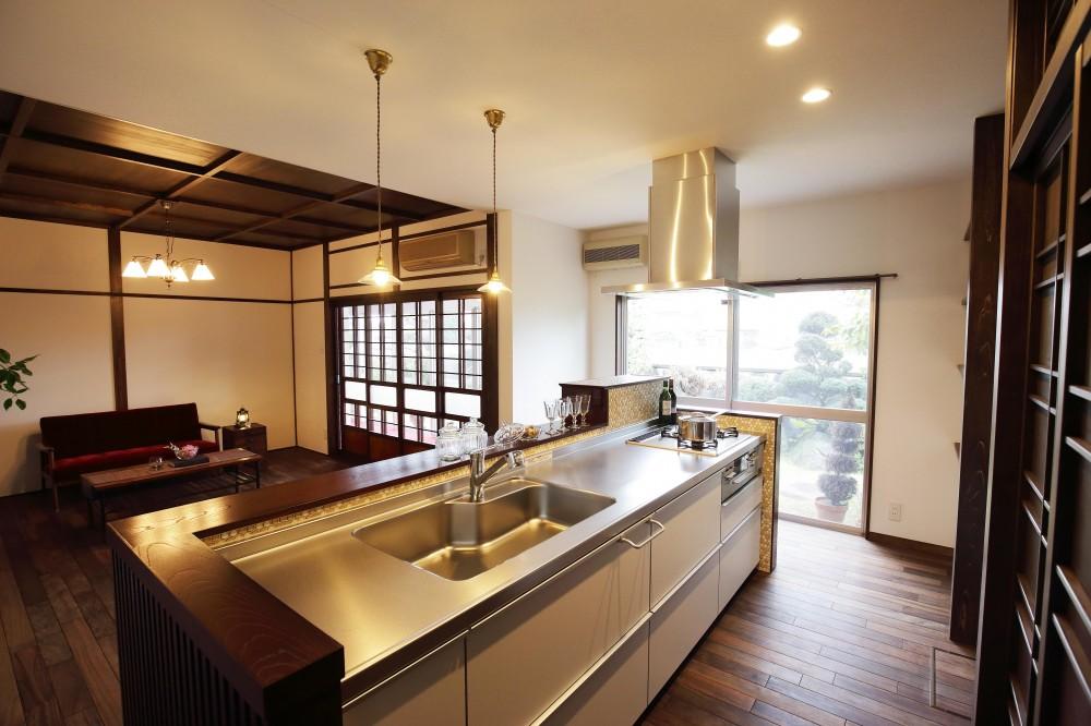 空間を贅沢に利用したアイランドキッチン (大正レトロの風が吹く「r_edge」)
