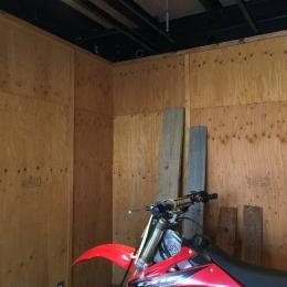 S様邸 本厚木 / 戸建リノベーション (バイクを何台も置ける広いガレージ)