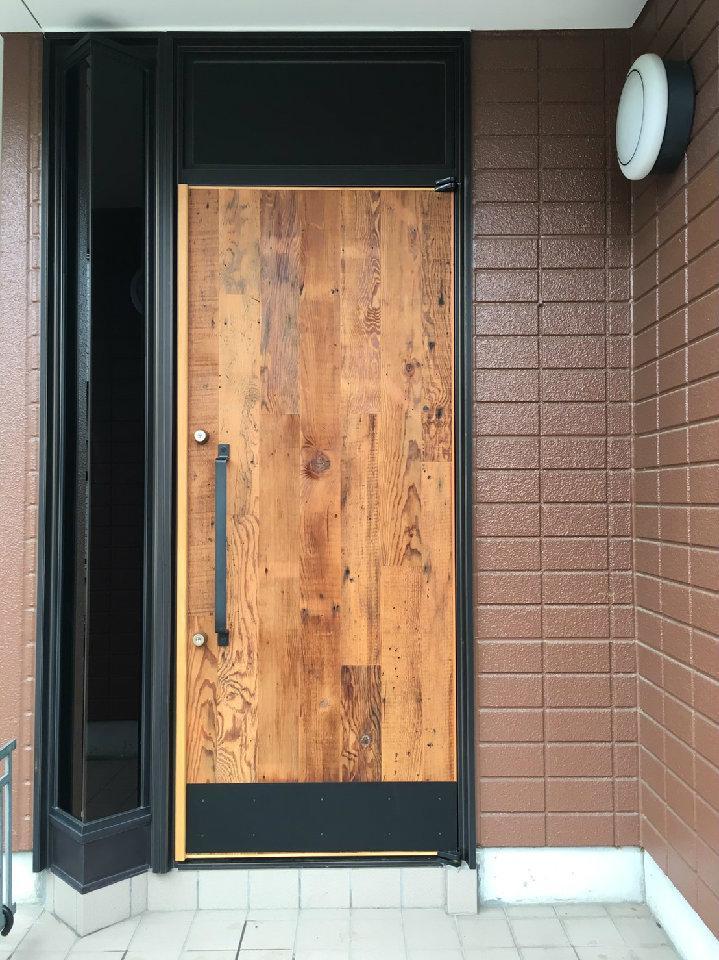 Y様邸 本厚木 / 戸建リノベーションの部屋 木を感じる玄関ドア