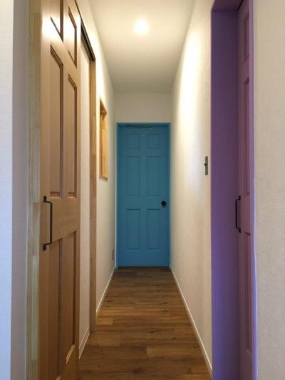 Y様邸 本厚木 / 戸建リノベーション (カラフルな個室のドア)
