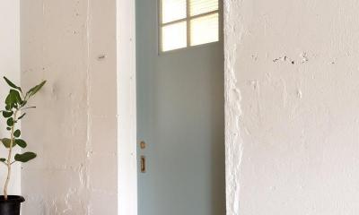 素材を活かしたインダストリアルデザインマンション「North Pine」 (三枚全て色を変え、遊び心を出したドア)