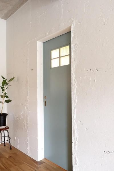 三枚全て色を変え、遊び心を出したドア (素材を活かしたインダストリアルデザインマンション「North Pine」)