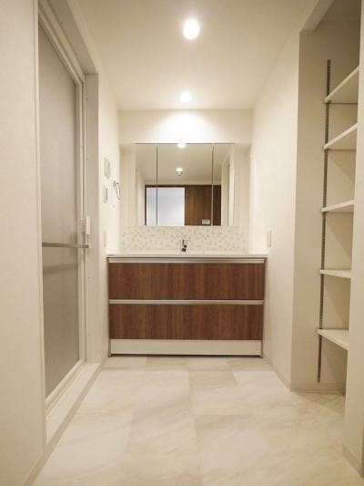 洗面室 (畳があるリビングとウォークスルークローゼット)