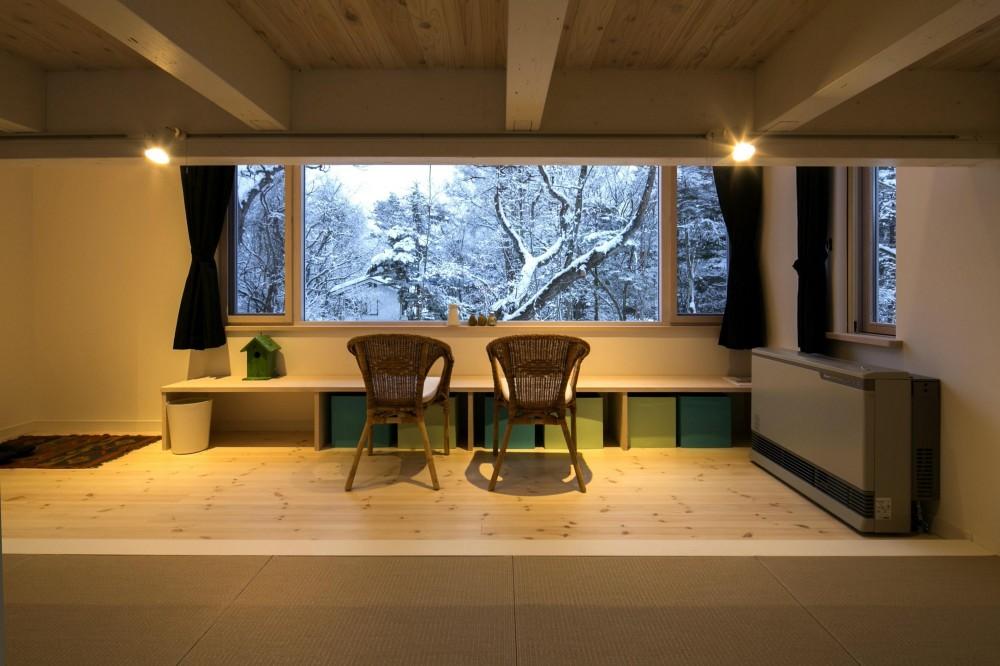 『軽井沢千ヶ滝の家』北欧スタイルの住まい (雪景色が広がるゲストルーム-夕景)