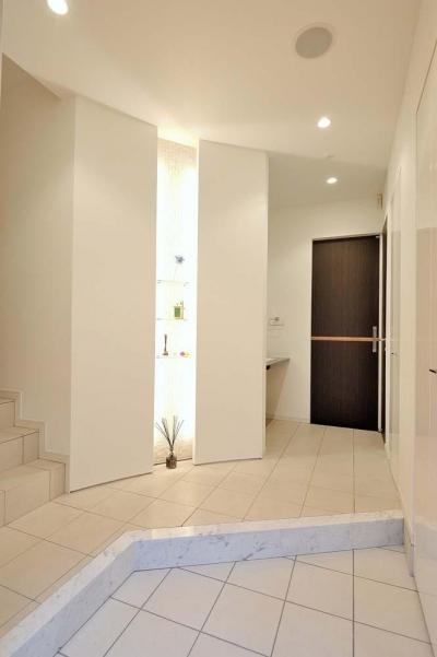 人工大理石の白い玄関 (理想の立地と理想の間取り。 リノベで憧れの空間を手に入れる!)