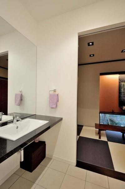 玄関の先にある洗面と約4.5畳のモダンな和室 (理想の立地と理想の間取り。 リノベで憧れの空間を手に入れる!)