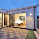 理想の立地と理想の間取り。 リノベで憧れの空間を手に入れる!の写真 約19㎡のルーフバルコニーから見た寝室