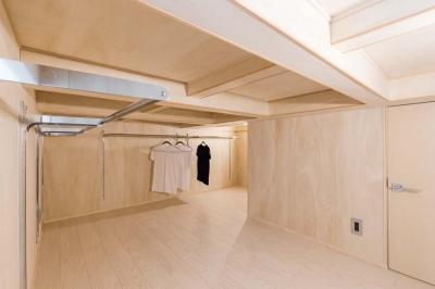 ロフト式寝室の床下クローゼット (マンション専有内空間を最大限利用。収納プラス 10 ㎡を稼ぐプラン提案!!)