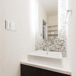 モザイクタイルと間接照明が上質な印象をもたらす洗面台。