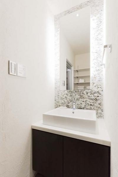 モザイクタイルと間接照明が上質な印象をもたらす洗面台。 (マンション専有内空間を最大限利用。収納プラス 10 ㎡を稼ぐプラン提案!!)