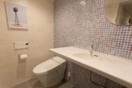 最高のリノベで手に入れた 家族みんなで一緒に過ごせる広々空間 (トイレと洗面のある大きめのパウダールーム)