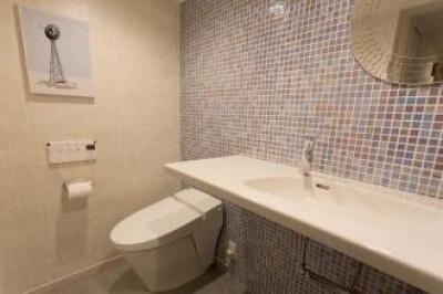 トイレと洗面のある大きめのパウダールーム (最高のリノベで手に入れた 家族みんなで一緒に過ごせる広々空間)