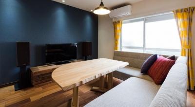 家具をなるべく置かずシンプルに、 自分たちらしい居心地のいい空間にしたい。 (リビングのテレビ側にアクセントカラーを)