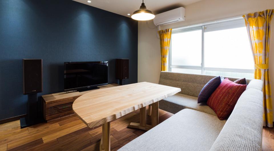 家具をなるべく置かずシンプルに、 自分たちらしい居心地のいい空間にしたい。の写真 リビングのテレビ側にアクセントカラーを