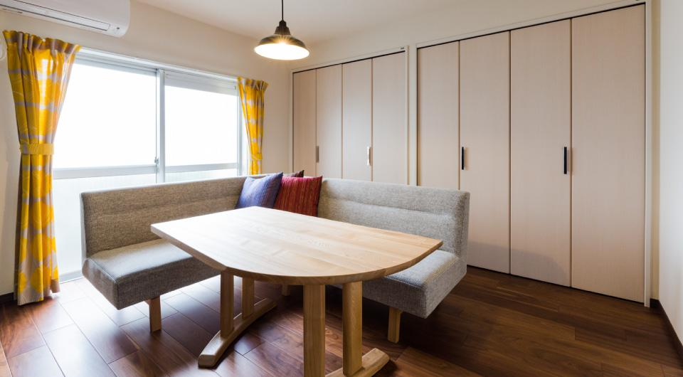 家具をなるべく置かずシンプルに、 自分たちらしい居心地のいい空間にしたい。の写真 リビングのクローゼット側