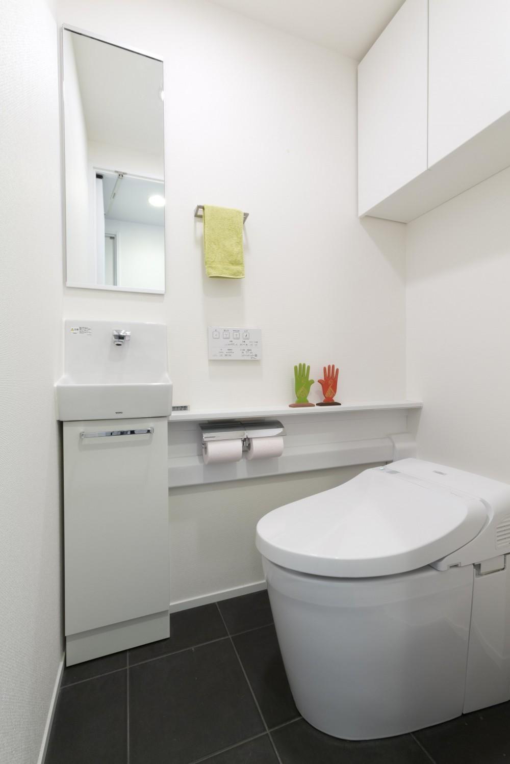 漆喰の白壁にダークブラウンのインテリアが美しい、リラックスできる落ち着いた空間。 (トイレ)
