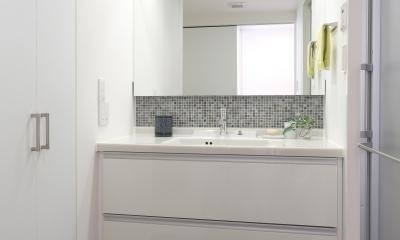漆喰の白壁にダークブラウンのインテリアが美しい、リラックスできる落ち着いた空間。 (洗面)