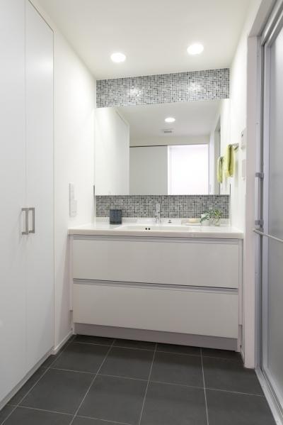 洗面 (漆喰の白壁にダークブラウンのインテリアが美しい、リラックスできる落ち着いた空間。)