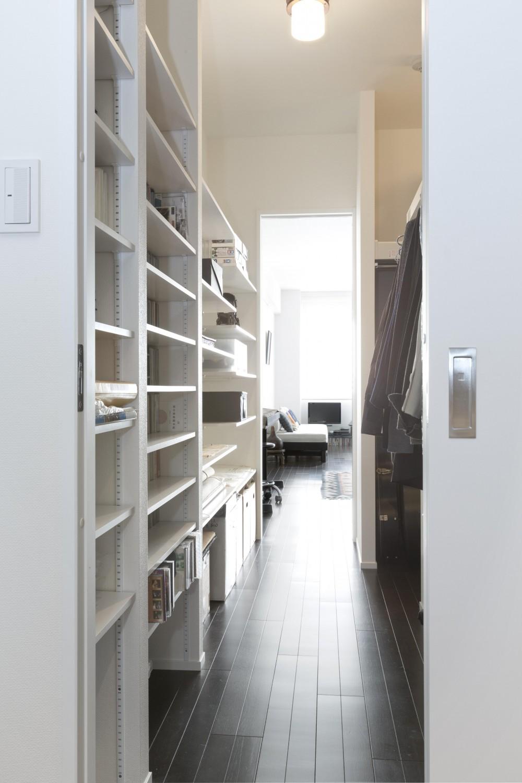 インテリックス空間設計「漆喰の白壁にダークブラウンのインテリアが美しい、リラックスできる落ち着いた空間。」