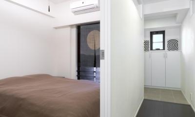 漆喰の白壁にダークブラウンのインテリアが美しい、リラックスできる落ち着いた空間。 (ベッドルーム)