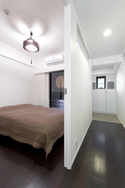 ベッドルーム (漆喰の白壁にダークブラウンのインテリアが美しい、リラックスできる落ち着いた空間。)