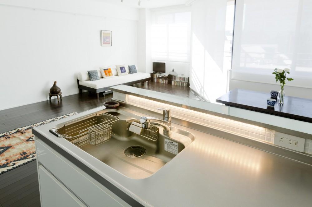 漆喰の白壁にダークブラウンのインテリアが美しい、リラックスできる落ち着いた空間。 (キッチン)