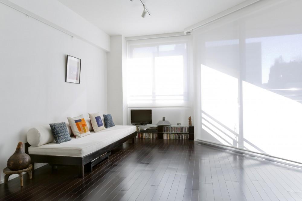 リビング (漆喰の白壁にダークブラウンのインテリアが美しい、リラックスできる落ち着いた空間。)
