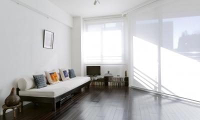漆喰の白壁にダークブラウンのインテリアが美しい、リラックスできる落ち着いた空間。